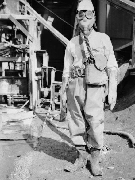 soldado japonés con su traje químico