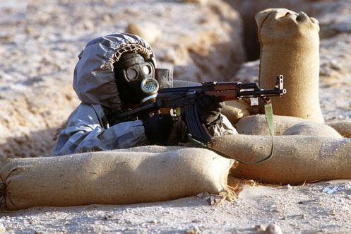 soldado sirio con equipo químico