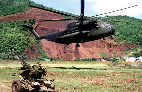1200px-CH-53D_HMM-261_Grenada_Okt1983