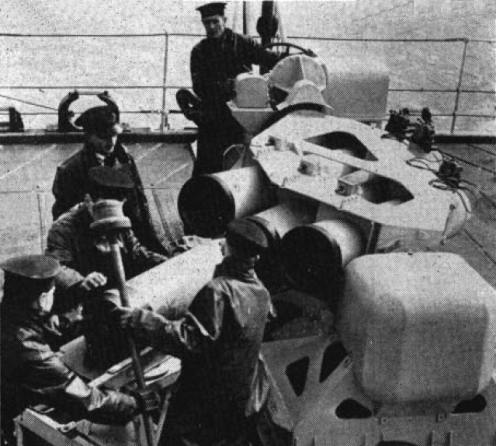 marinos cargando un mortero calamar en 1952