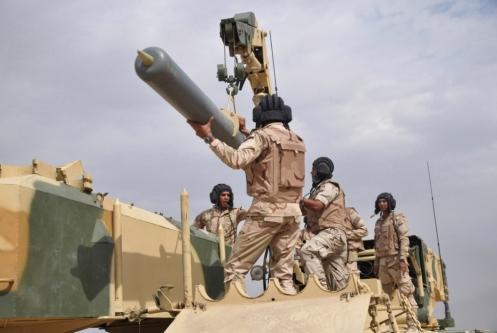 Soldados iraquies cargan un TOS-1A